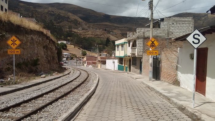 alausi-train-tracks